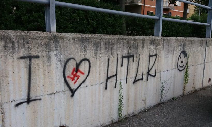Scritte naziste sui muri di Ivrea. No, non sono ragazzate.