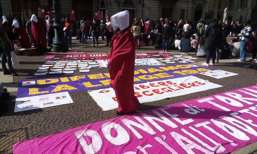 Torino scende in piazza in difesa del diritto all'aborto